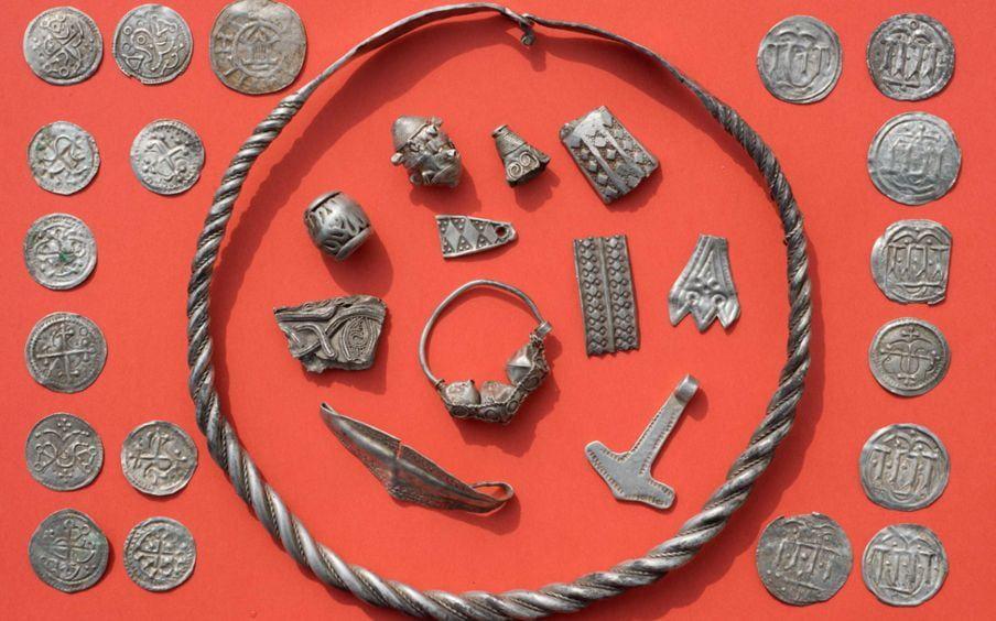 Un niño de 13 años encuentra un tesoro de 1000 años con un detector de metales
