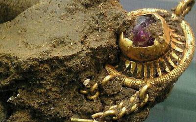 Hallado un broche de oro medieval por un detector de metales